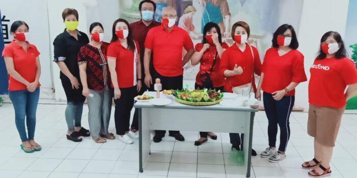Foto saat pemotongan tumpeng yang dihadiri para guru les dan walimurid