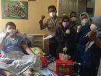 Nakes saat melakukan vaksinasi kepada warga penyandang disabilitas di Kelurahan Sukajadi Karawaci Kota Tangerang, Senin (27/9/2021)